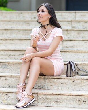 Tenis-Metalizado-Vizzano-Rose-Gold-look-do-dia-Monica-Araujo-Oh-My-Closet-com-vestido-de-ribana-Ypslon-Atacado